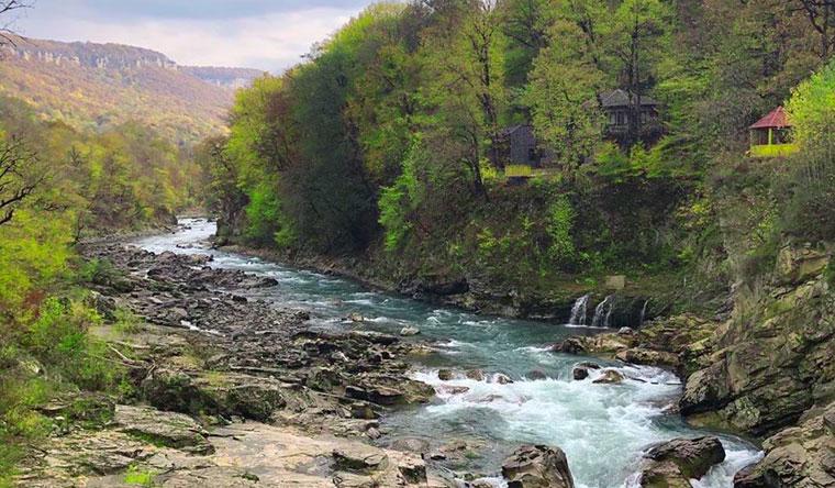 Скидка до 36% на проживание для двоих или троих с завтраками в отеле «Водопады Руфабго» в горах Адыгеи!