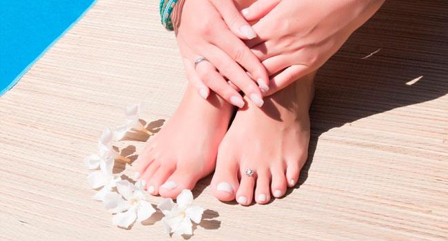 Скидка до 61% на аппаратный или комбинированный маникюр и педикюр с покрытием гель-лаком в кабинете косметологии Beauty Service