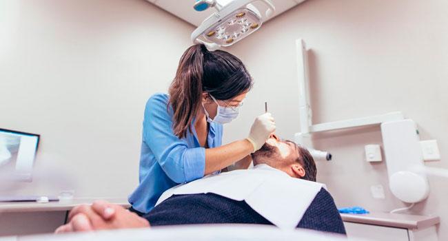 Лечение кариеса, чистка зубов, фторирование, удаление, отбеливание и многое другое в клинике «Дента Медиа А». Скидка до 82%