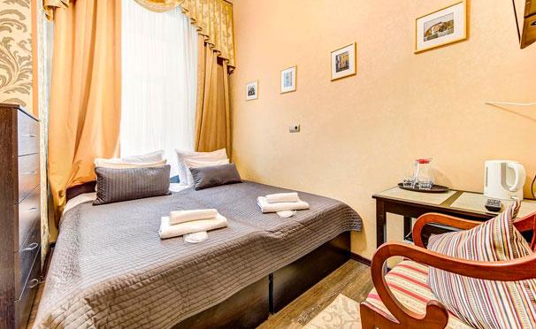 Проживание для двоих в «Гостевых комнатах на Марата, 8»: собственный санузел, кухонный уголок, камин, постельное белье и другие удобства! Скидка 50%