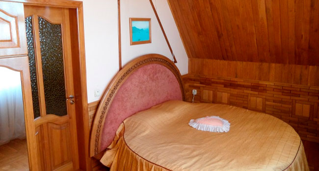 Скидка 30% на отдых в отеле «Медный всадник» в Ялте: номера различных категорий, завтраки, крытый бассейн, сауна, трансфер, парковка, Wi-Fi и не только!