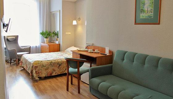 Отдых для одного, двоих или троих с завтраками в отеле «Новые комнаты» в самом центре Санкт-Петербурга. Скидка до 70%
